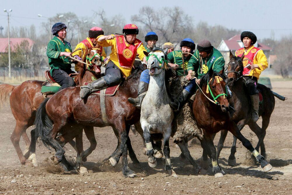 المشاركون في لعبة كوك-بورو كجزء من احتفالات عيد النيروز (النوروز) في بشكيك، قرغيزستان 18 مارس/ آذار 2019