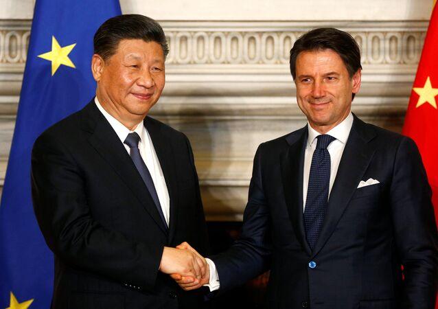 الرئيس الصيني شي جين بينغ ورئيس الوزراء الإيطالي جوزيبي كونتي في روما