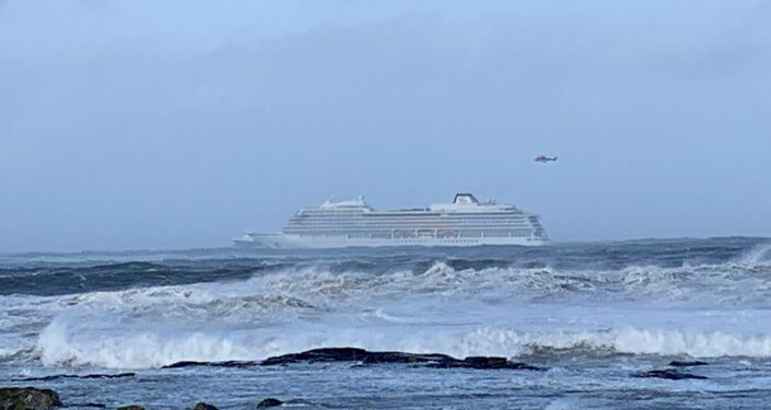 عمليات الإنقاذ على متن سفينة فايكنغ سكاي التي تعطلت قبالة النرويج
