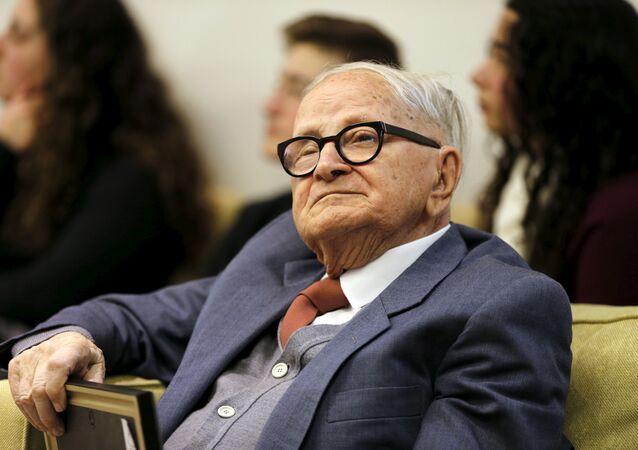 رفائيل إيتان الذي شارك في أسر أدولف أيخمان يجلس خلال احتفال بمناسبة مرور 55 عامًا على محاكمة أيخمان في مقر إقامة الرئيس الإسرائيلي روفين ريفلين في القدس في 27 يناير 2016