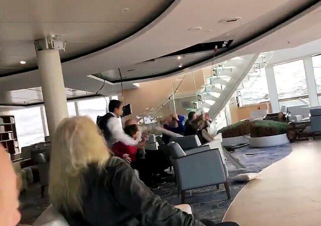 ركاب يحمون أنفسهم من السقف المنهار في السفينة النرويجية