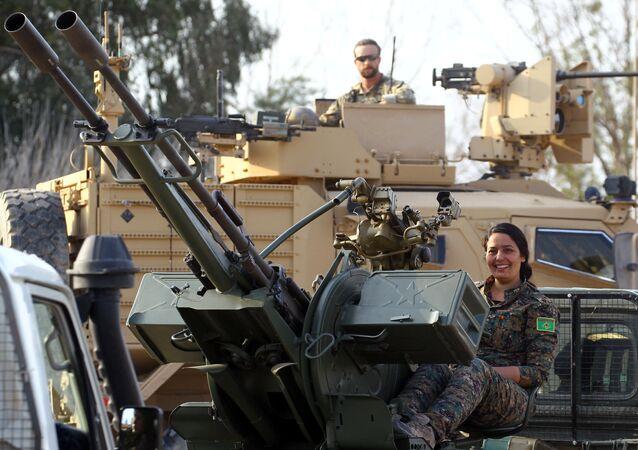 مقاتلة من قوات سوريا الديمقراطية
