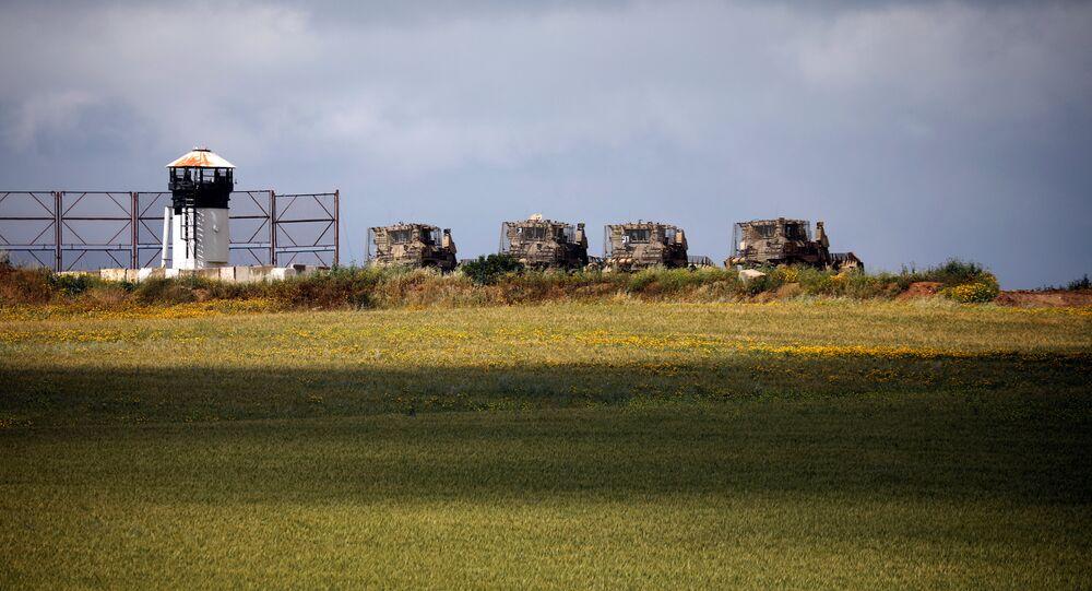 جرافات مدرعة عسكرية إسرائيلية في منطقة مفتوحة بالقرب من الحدود مع غزة في جنوب إسرائيل