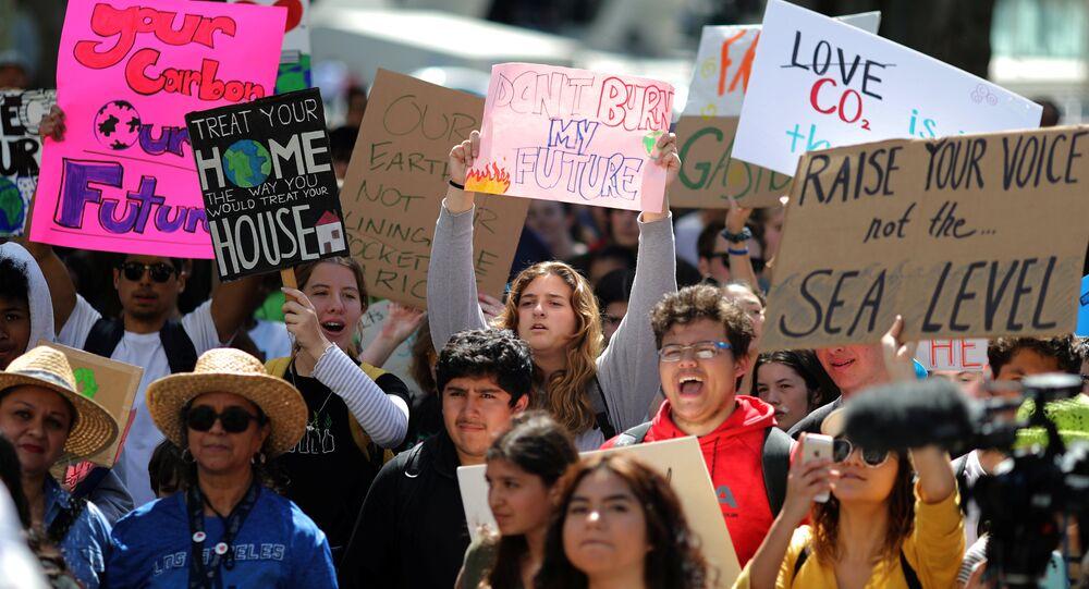 احتجاج للدعوة إلى اتخاذ إجراءات عاجلة لإبطاء وتيرة تغير المناخ في لوس أنجلوس