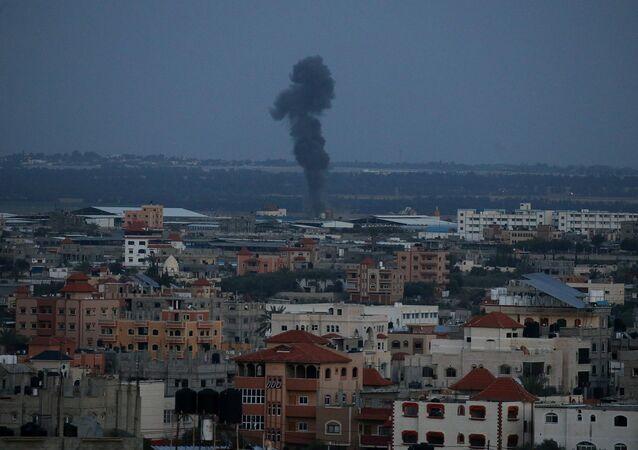 الدخان يتصاعد بعد غارة جوية إسرائيلية في جنوب قطاع غزة