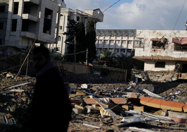 غزة، قطاع غزة، فلسطين - مواطنون غزيون بعد ليلة من قصف الطيران الحربي الإسرائيلي، مكتب إسماعيل هنية بعد القصف، 26 مارس/ آذار 2019