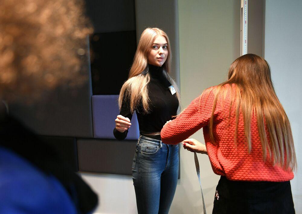 أخذ قياسات الفتيات المشاركات في مسابقة ملكة جمال روسيا 2019 في موسكو