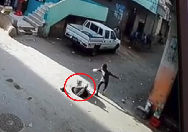 بالفيديو... لحظة سقوط طفل مصري في بالوعة