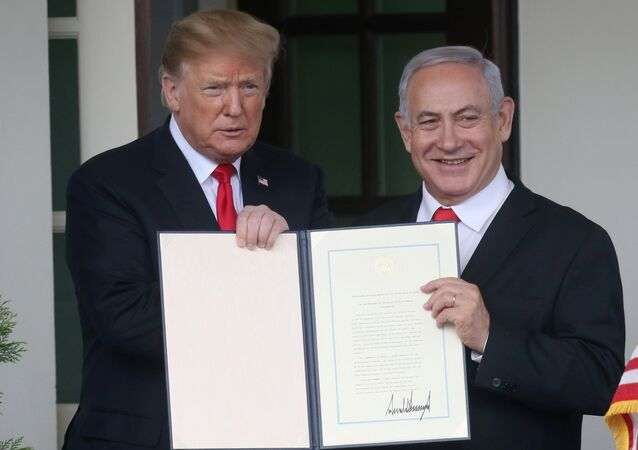 الرئيس الأمريكي دونالد ترامب خلال توقيعه اعتراف بلاده رسميا بالسيادة الإسرائيلية على هضبة الجولان وبجانبه رئيس وزراء إسرائيل بنيامين نتنياهو