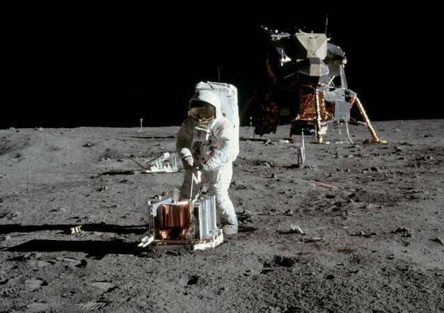 أمريكي على القمر
