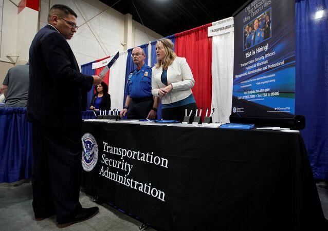 أحد المحاربين الأمريكيين القدامى يتحدث عن فرص عمل مع ممثل من إدارة أمن النقل TSA في معرض للوظائف العسكرية