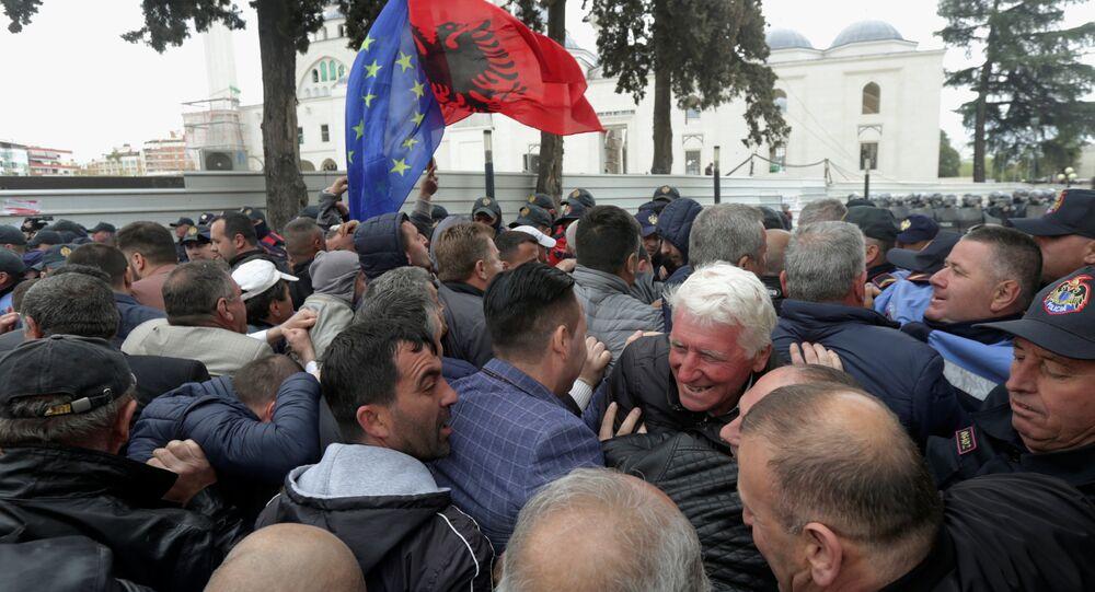 أنصار حزب المعارضة خلال مظاهرة مناهضة للحكومة أمام البرلمان في تيرانا