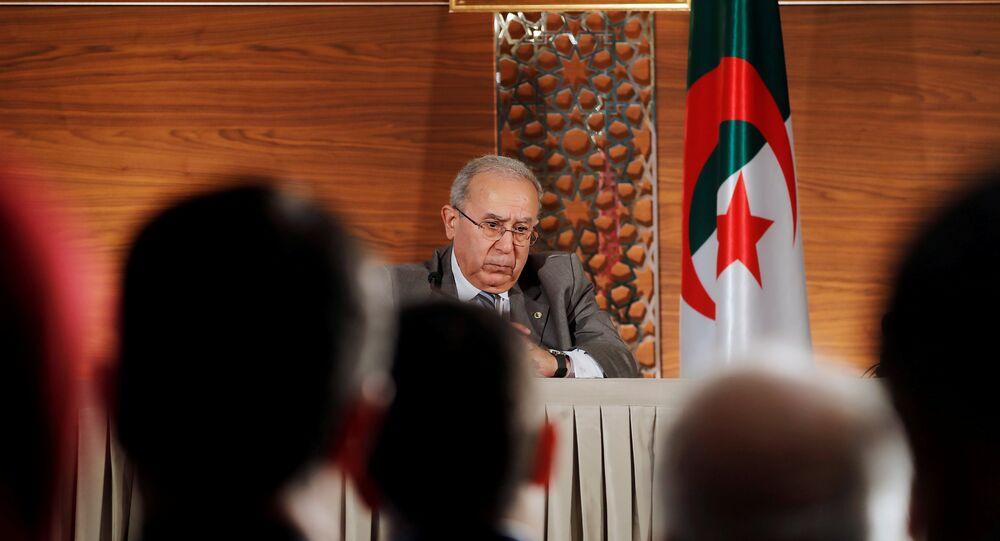 نائب رئيس الوزراء الجزائري رمضان لعمامرة يحضر مؤتمرا صحفيا مشتركا مع رئيس الوزراء المعين حديثا نور الدين بدوي في الجزائر العاصمة