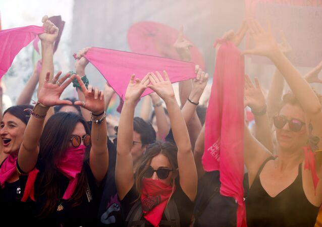 متظاهرات ضد المؤتمر العالمي للأسرة في مدينة فيرونا الإيطالية