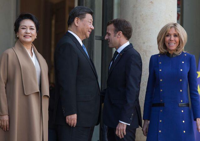 الرئيس الصيني شي جين بينغ مع زوجته بنغ ليوان، والرئيس الفرنسي إيمانويل ماكرون مع زوجته بريدجيت ماكرون، خلال اجتماع قادة دول الاتحاد الأوروبي والصين في قصر الإليزيه في باريس