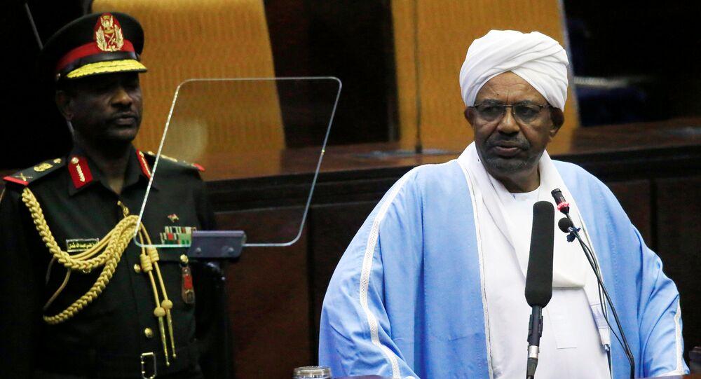 الرئيس السوداني عمر البشير يلقي خطابا في البرلمان