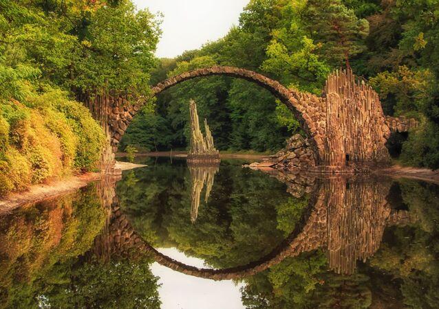 جسر راكوتتزبورسك في حديقة كروملاو في كوبلنتس، ألمانيا
