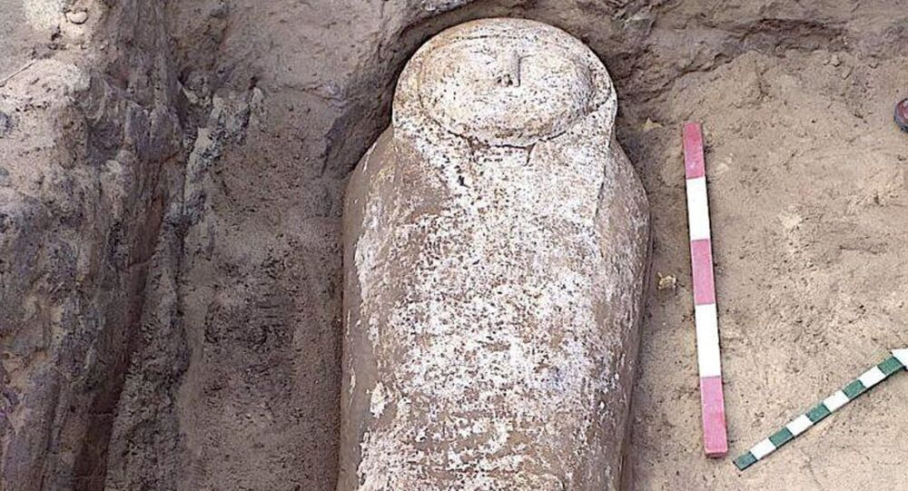 تابوت مصري مع مومياء عمرها أربعة آلاف سنة