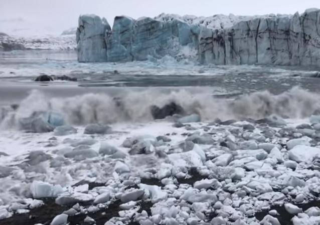 هروب سياح من تسونامي بعد انهيار كتلة جليدية ضخمة