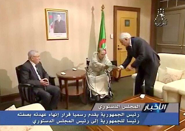 الرئيس الجزائري عبد العزيز بوتفليقة يتقدم باستقالته إلى رئيس المجلس الدستوري ورئيس مجلس الأمة