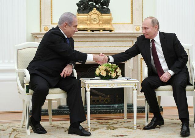 الرئيس الروسي فلاديمير بوتين مع رئيس الوزراء الإسرائيلي بنيامين نتنياهو