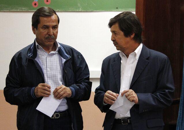 شقيقا الرئيس الجزائري عبد العزيز بوتفليقة، سعيد وناصر بوتفليقة يتحدثان قبل التصويت في الجزائر العاصمة.