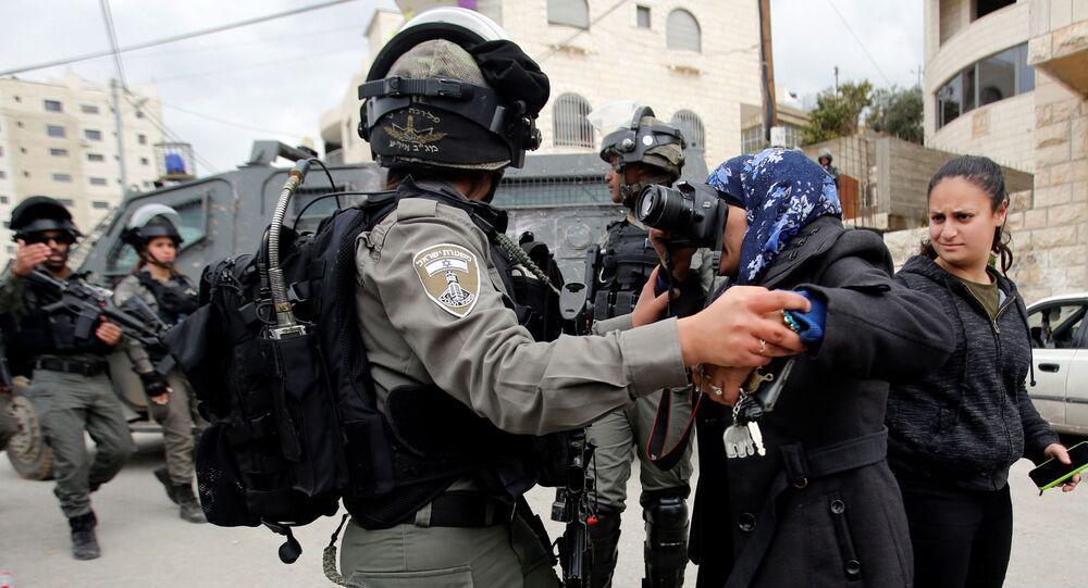 قوات الجيش الإسرائيلي تمنع مصورة فلسطينية من التقاط صورأثناء تدمير منزل تابع لعائلة فلسطينية في بيت جالا، الضفة الغربية، 2 أبريل/ نيسان 2019