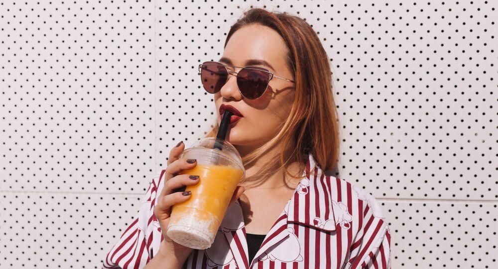 فتاة تشرب العصير