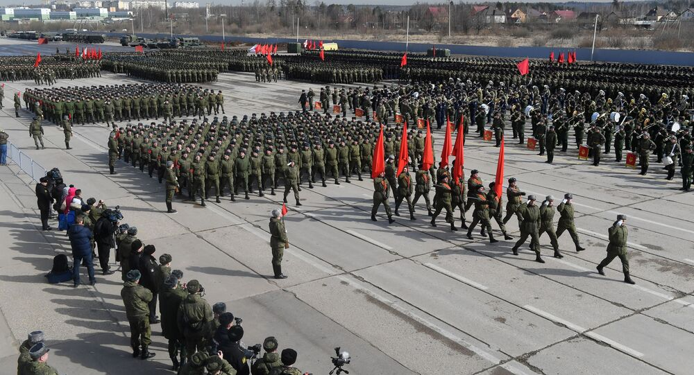 جنود خلال بروفة العرض العسكري بمناسبة مرور الذكرى الـ 74 لـ عيد النصر على أمانيا النازية في الحرب الوطنية العظمى (1941-1945)  في حقل التدريب العسكري ألابينو في ضواحي موسكو