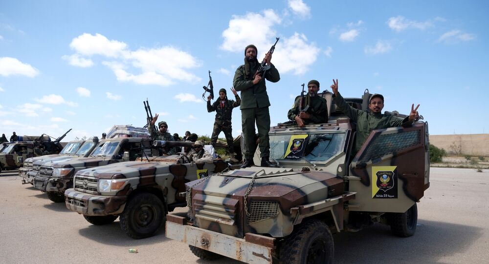 قوات من الجيش الوطني الليبي بقيادة خليفة حفتر يخرجون من بنغازي لتعزيز القوات التي تتقدم إلى طرابلس في بنغازي