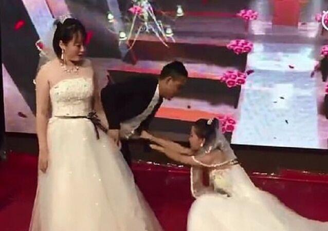 بالفيديو.. رد فعل عريس بعد اقتحام حبيبته السابقة حفل زفافه