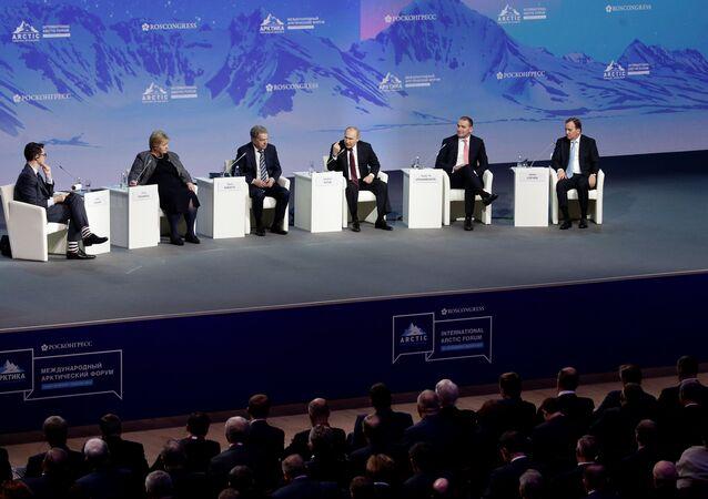 رئيس الوزراء السويدي لوفين والرئيس الآيسلندي يوهانسون، والرئيس الروسي بوتين، والرئيس الفنلندي نينيستو ورئيس الوزراء النرويجي سولبرغ في المنتدى الدولي للقطب الشمالي في سانت بطرسبرغ