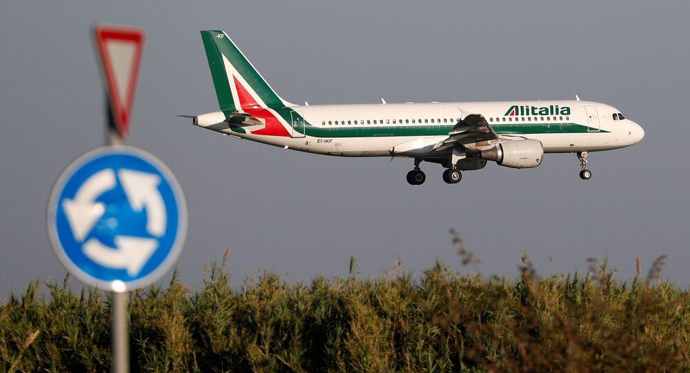 طائرة تابعة لشركة أليطاليا إيرباص A320 تقترب من الهبوط في مطار فيوميتشينو في روما