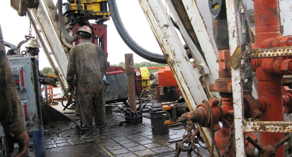عمال شركة النفط والغاز الأمريكية أباتشي كورب يقومون بحفر آبار أفقية في وولف كامب شيل في حوض بيرميان غرب تكساس بالقرب من بلدة ميرتزون