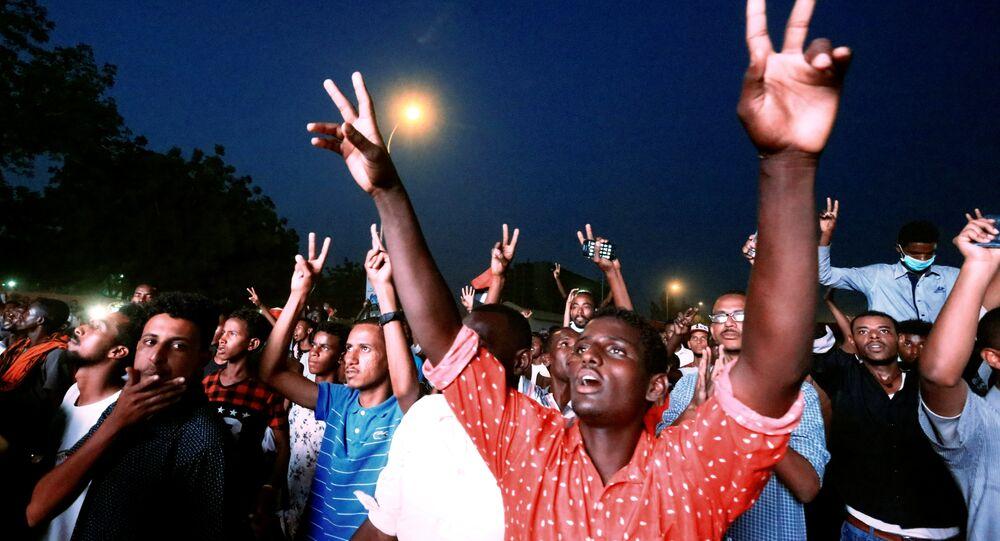 المتظاهرون السودانيون يرددون شعارات أثناء حضورهم مظاهرة احتجاج تطالب الرئيس السوداني عمر البشير بالتنحي خارج وزارة الدفاع في الخرطوم