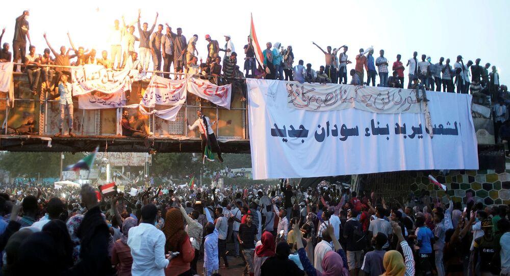 مظاهرة احتجاج تطالب الرئيس السوداني عمر البشير بالتنحي خارج وزارة الدفاع في الخرطوم