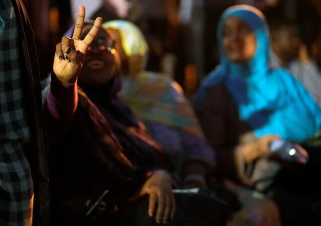 متظاهرون في السودان يشاركون في اعتصام أمام وزارة الدفاع السودانية