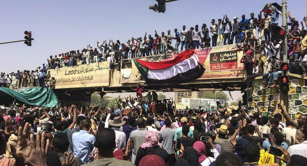 مظاهرات، الشعب يطالب بتنحي الرئيس السودان عمر البشير، الخرطوم، السودان 11 أبريل/ نيسان 2019