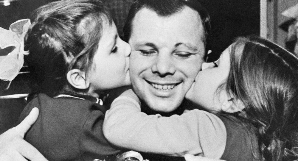 يوري غاغارين وابنتيه لينا (يسار) وغالوتشكا (يمين)