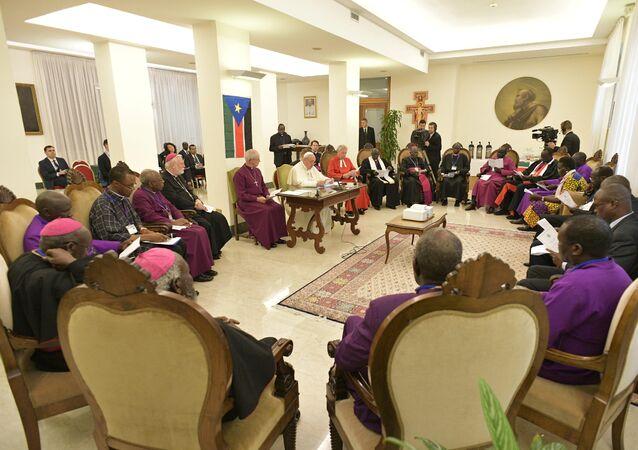 البابا فرنسيس خلال اجتماعه مع قتدة جنوب السودان في الفاتيكان، 11 نيسان/أبريل 2019
