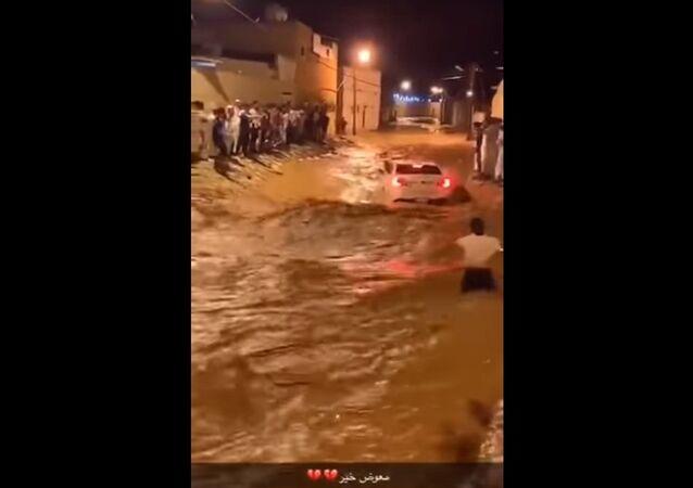 شباب سعودي ينقذون رجلا بداخل سيارته من سيول جارفة