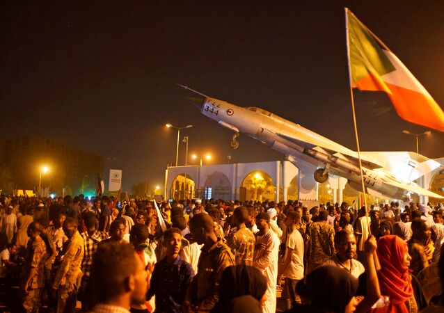 متظاهرون سودانيون يحتفلون بعد تنحي وزير الدفاع عوض بن عوف كرئيس للمجلس العسكري الحاكم في البلاد