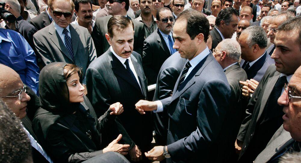 جمال مبارك نجل الرئيس المصري حسني مبارك (يمين الوسط) يمد يده إلى منى عبد الناصر (يسار الوسط) أرملة أشرف مروان في جنازة زوجها في القاهرة