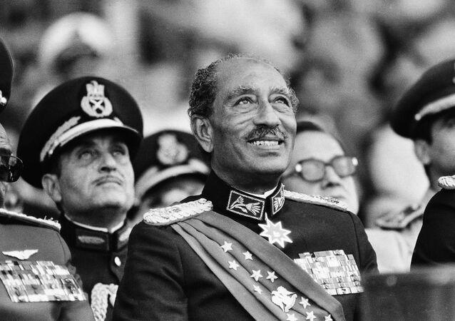 الرئيس المصري محمد أنور السادات قبل لحظات من اغتياله