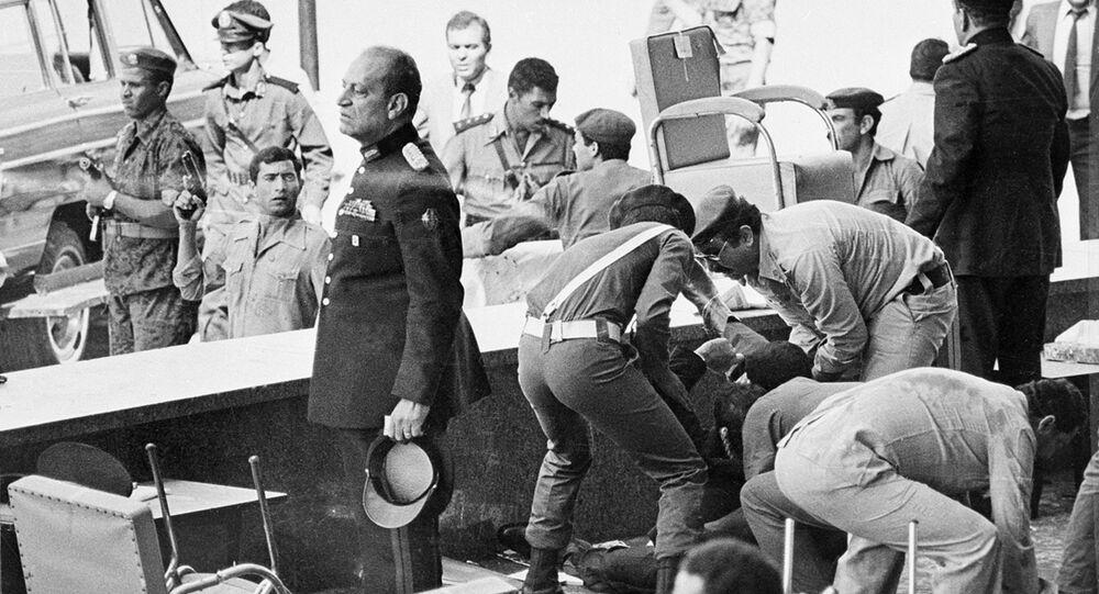 فوضى على المنصة التي كان يجلس عليها الرئيس محمد أنور السادات بعد اغتياله