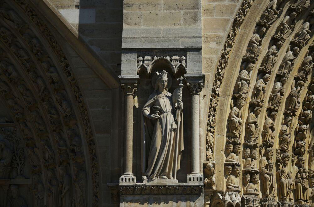 منحوتات بين بوابات الواجهة الغربية لكاتدرائية نوتردام