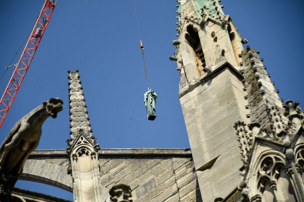 رفع تمثال نحاسي لحقت به أضرار، ضمن عملية إعادة ترميم كاتدرائية نوتردام في 11 أبريل/ نيسان 2019