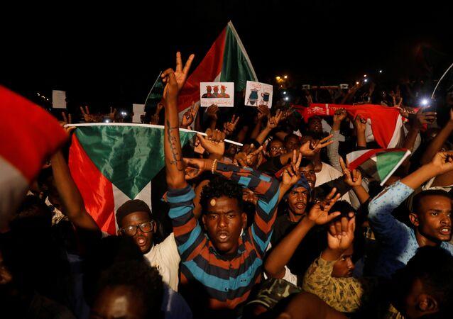 متظاهرون سودانيون يحتجون خارج وزارة الدفاع في الخرطوم