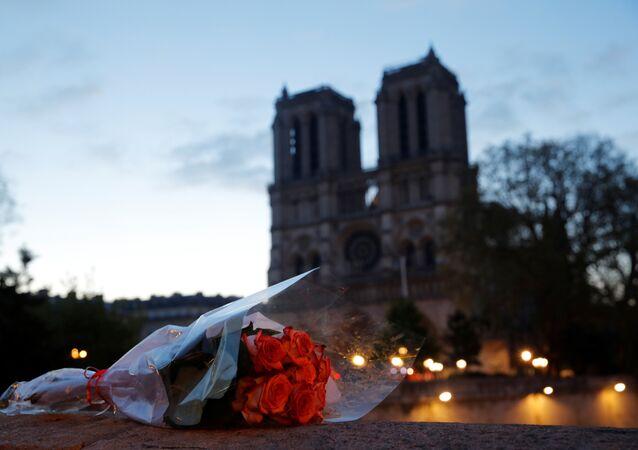 زهور أمام كنيسة نوتردام في فرنسا بعد حريقها