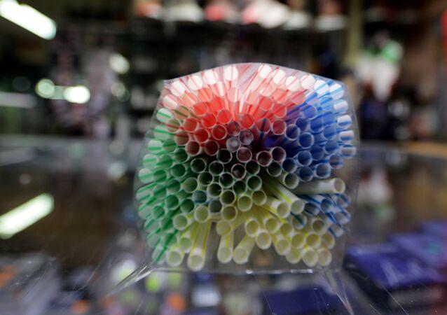 القش البلاستيكي معروض في متجر في نيس